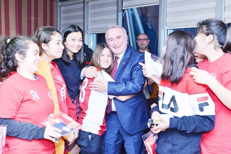 Bayan futbolculardan Coşkun Tosun'a ziyaret