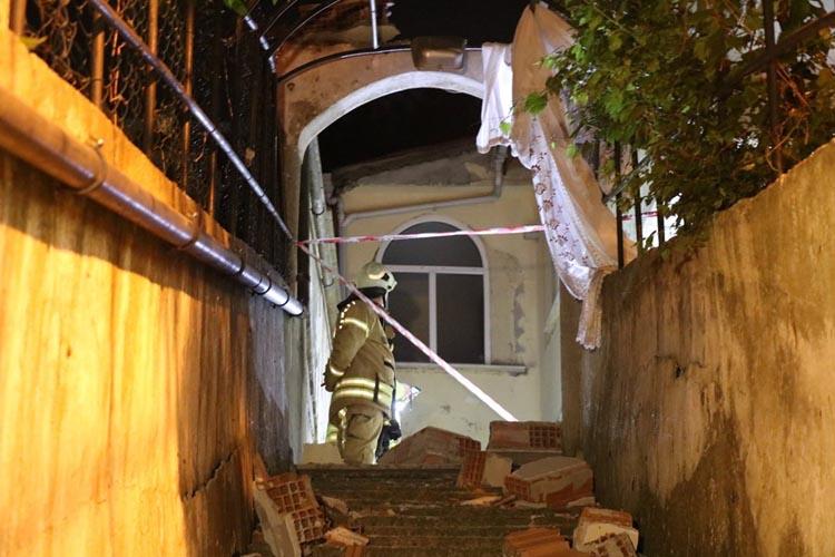 Beykoz Çavuşbaşı'nda iki katlı binanın duvarı yıkıldı