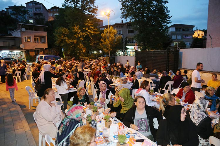 Bir gecede dört mahallede iftar sofrası