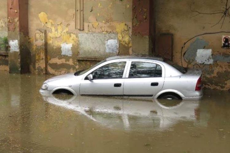 Beykoz Göztepe'de araçlar mahsur kaldı
