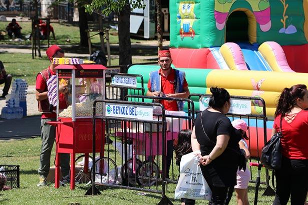 Beykoz Belediyesi alanda çocuklara limonata, patlamış mısır ve pamuk şekeri ikram etti