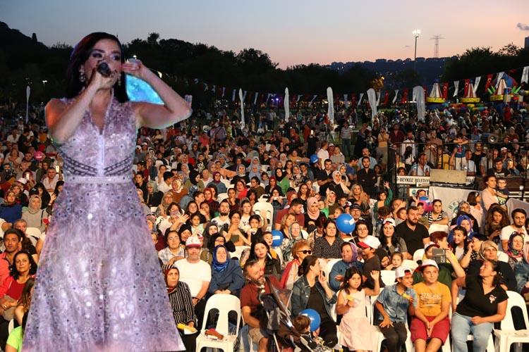 Tarihi Küçüksu Çayırı'nda Burcu Güneş konseri
