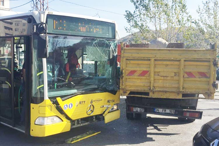Beykoz Çavuşbaşı'nda İETT otobüsüyle kamyon çarpıştı