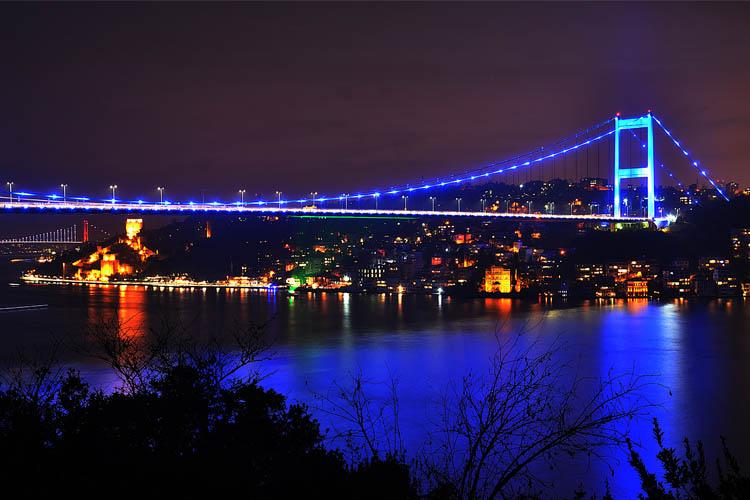 FSM Köprüsü, Dünya Çocuk Günü'nde maviye büründü