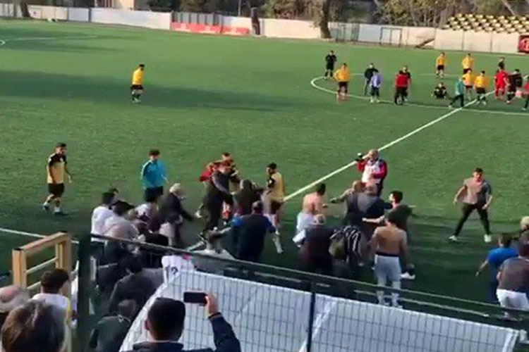 Beykoz Stadı'nda hakemlere saldırdılar
