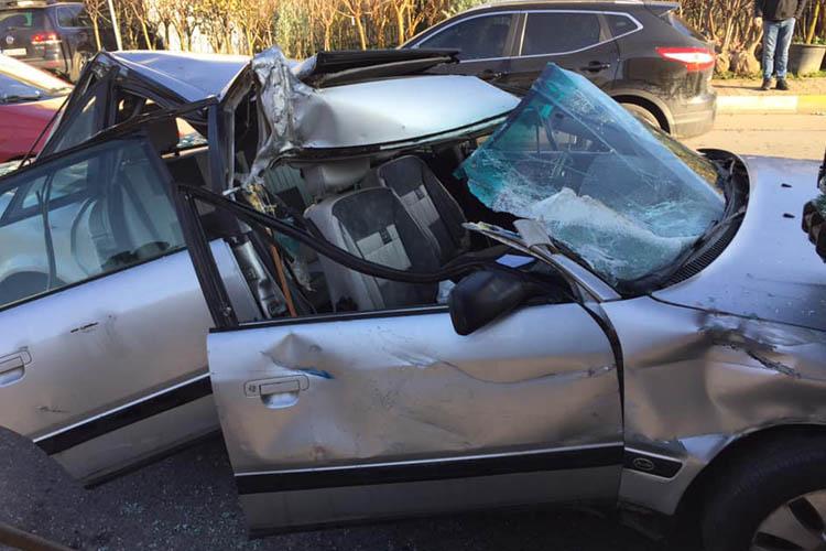 Beykoz Çavuşbaşı'nda araba tırın altında kaldı