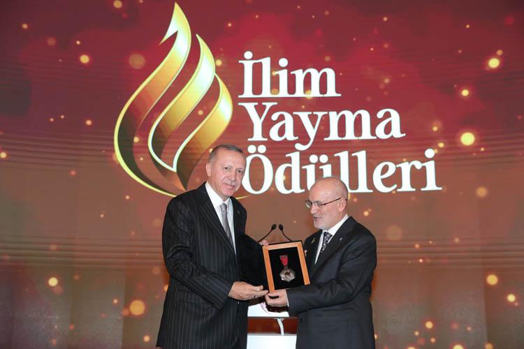 Erdoğan, ödülleri Çelikbilek ile birlikte verdi
