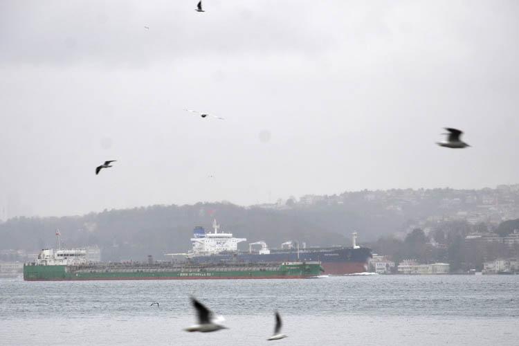 Dev yağ tankerleri Beykoz'dan yan yana geçti