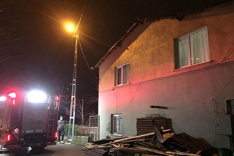 Beykoz'un çatıları şiddetli rüzgara dayanamadı