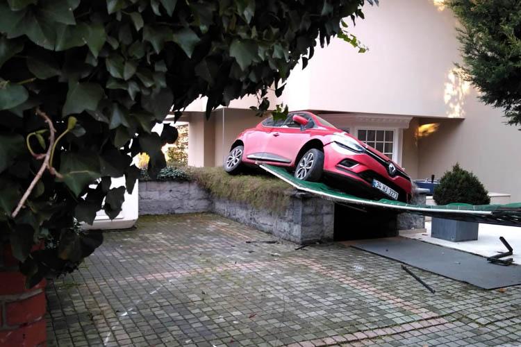Kadın sürücü Beykoz'da balkona çıktı