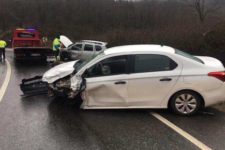 Beykoz Dereseki'de araçlar kafa kafaya çarpıştı