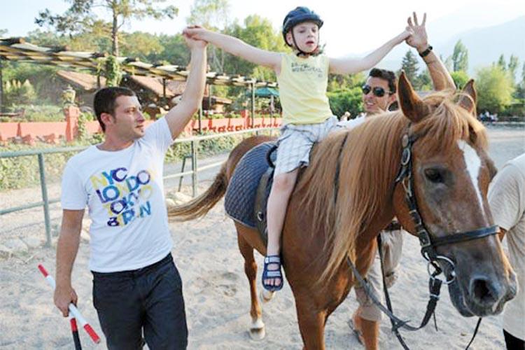 Beykoz'da ihtiyaç sahiplerine atla tedavi desteği