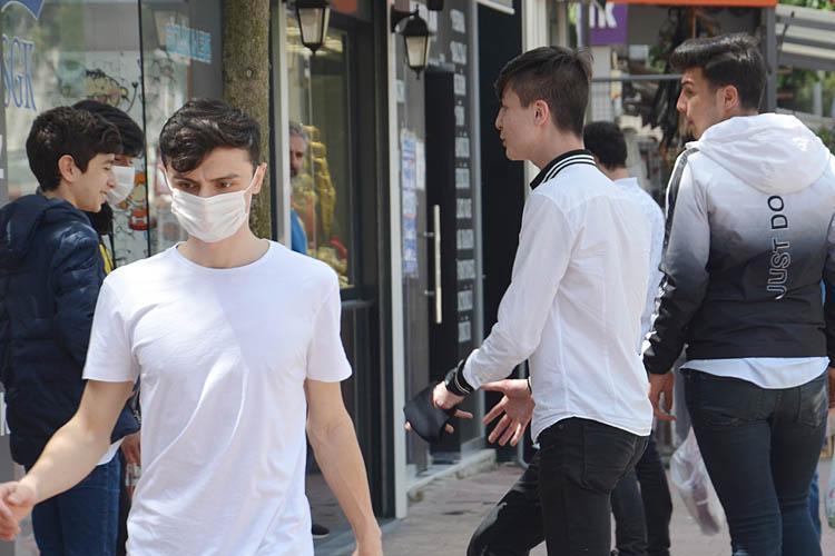 Beykoz'da 15-20 yaş aralığındaki gençler sokaklarda