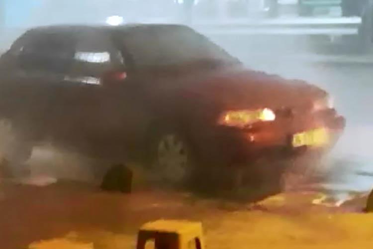 Beykoz Ortaçeşme'de araç alev alev yandı