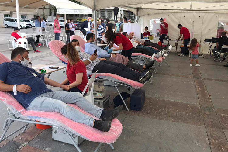 Beykoz'da iktidar Kızılay'a kan bağışı yaptı