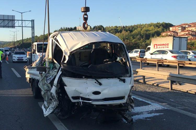 Beykoz'da eşya dolu kamyonet devrildi, 3 yaralı