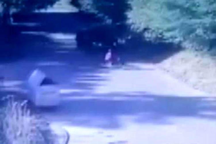 Beykoz'da otomobil çocuğu metrelerce sürükledi