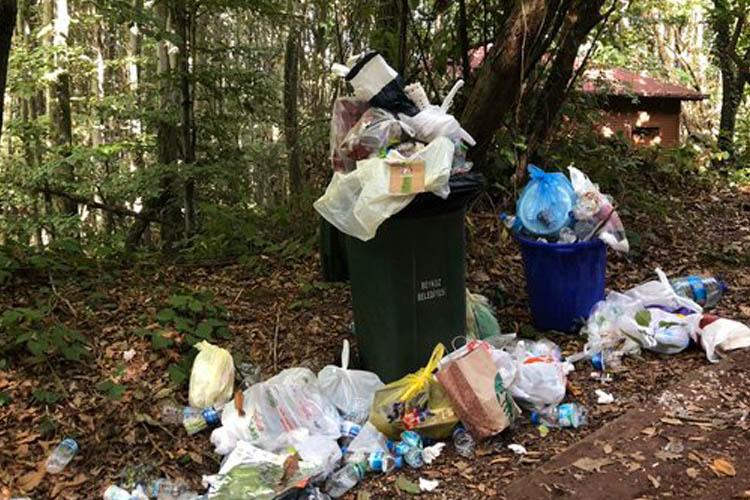 Beykoz'da hafta sonundan geriye çöp dağları kaldı