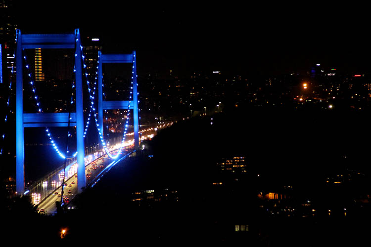 Beykoz'un köprüleri anlamlı günde maviye büründü