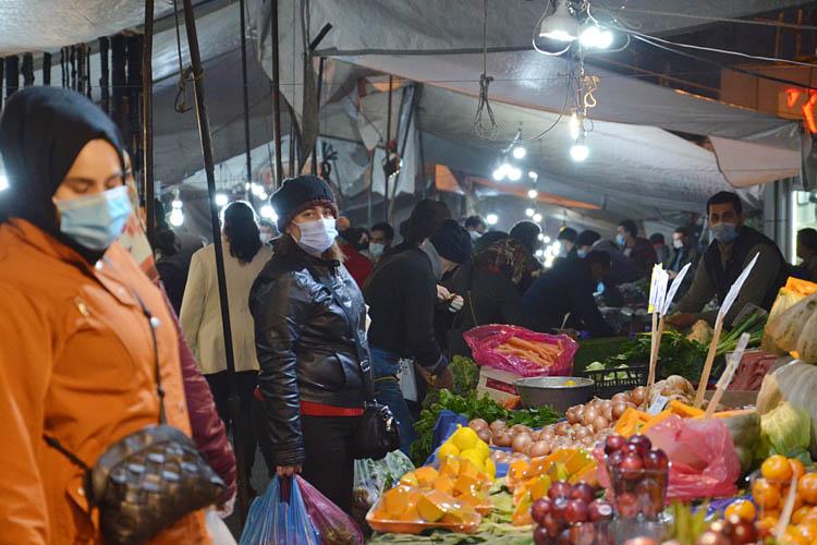 Kısıtlamaya saatler kala Beykoz çarşı-pazara koştu