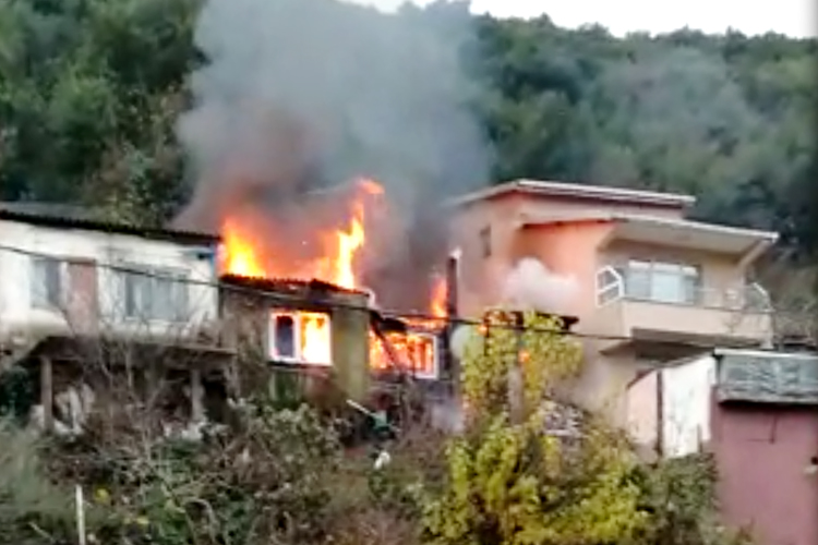 Beykoz Anadolukavağı'nda gece kondu yangını