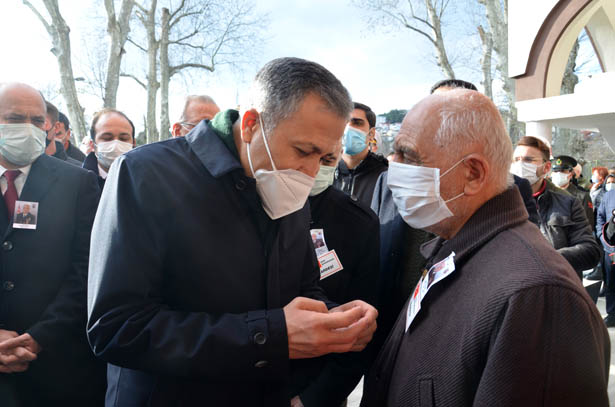 Şehidin kızı Ebru Şimal Cömert ile annesi ve babası cenazede göz yaşları döktü.