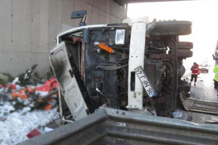 Beykoz'da iki kamyon çarpıştı bir kişi yaralandı