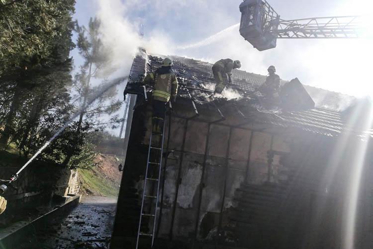 Beykoz'da ahşap binanın çatısı alev alev yandı