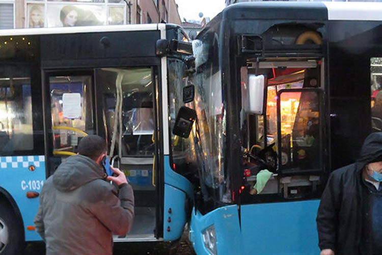 Beykoz'da halk otobüsleri kafa kafaya çarpıştı