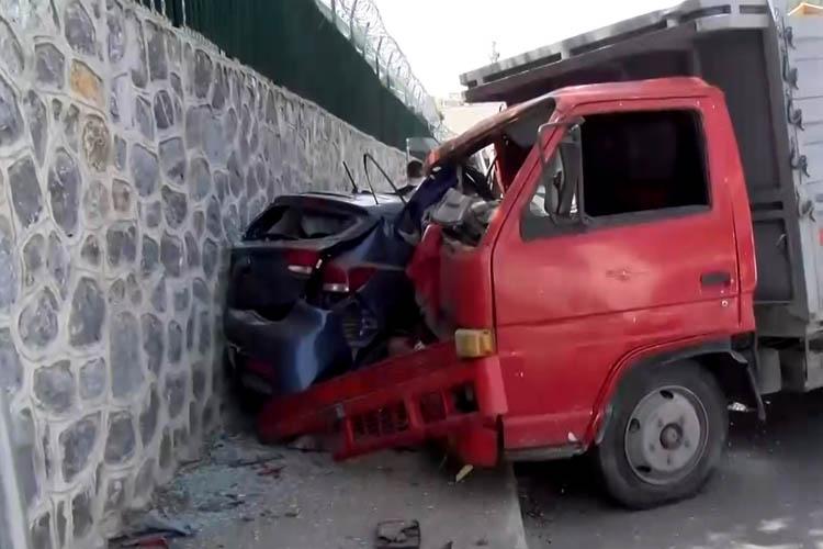Beykoz Acarlar'da kamyonet otomobili ezdi