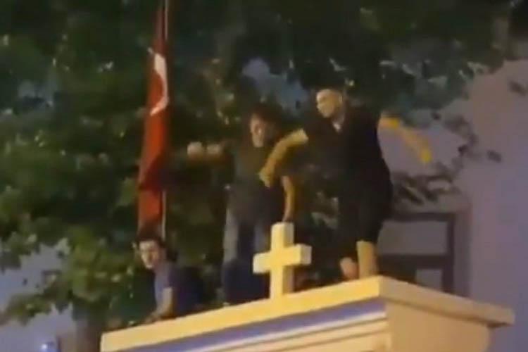 Beykoz'dan Kadıköy'e gidip kiliseye çıktılar