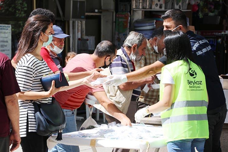 Beykoz Belediyesi altı camide aşure dağıttı