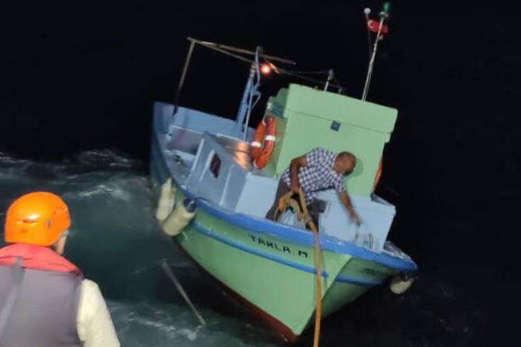 Beykoz Fener açıklarında sürüklenen tekne kurtarıldı