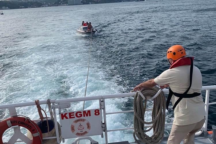 Beykoz önlerinde sürüklenen tekne kurtarıldı