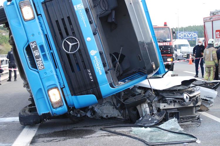 Beykoz'da İSKİ kamyonu otomobilin üzerine devrildi